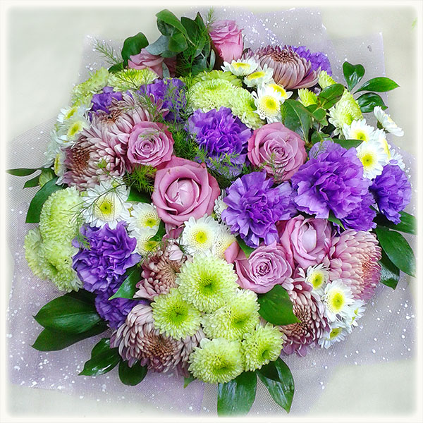 Букет, букет из 61 хризантемы и гвоздики